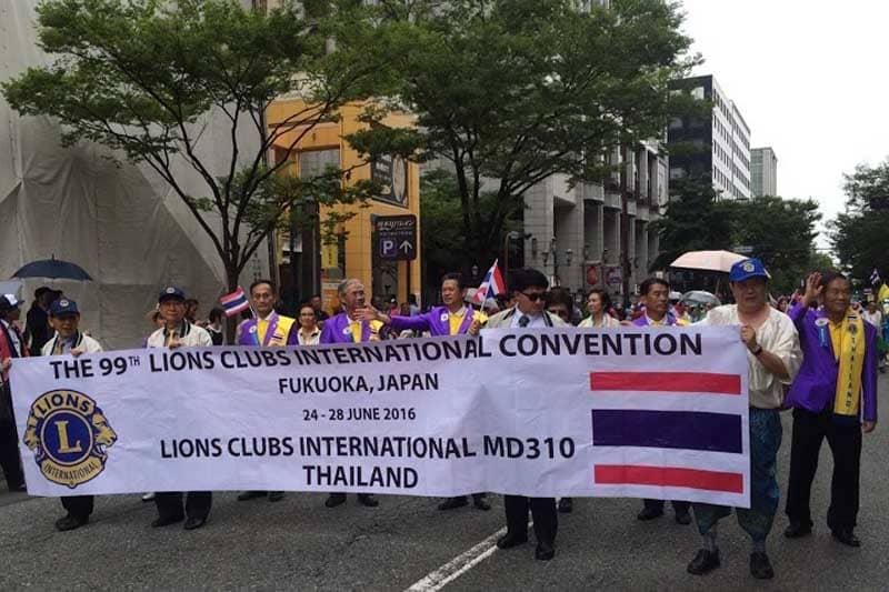 ライオンズクラブのタイ人会員たちが民族衣装で福岡市の街を練り歩く