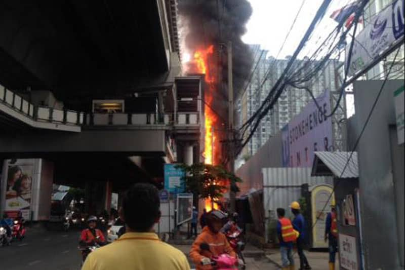 7月13日(水)早朝、BTSオンヌット駅前で火事が発生。駅も一時閉鎖!