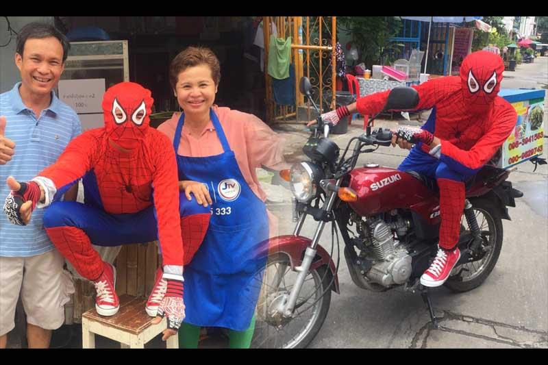 パタヤでスパイダーマンがバイクでソムタムを配達するサービスが話題