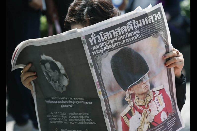 プミポン国王崩御を特集した新聞を、タイ国民は愛蔵版として購入