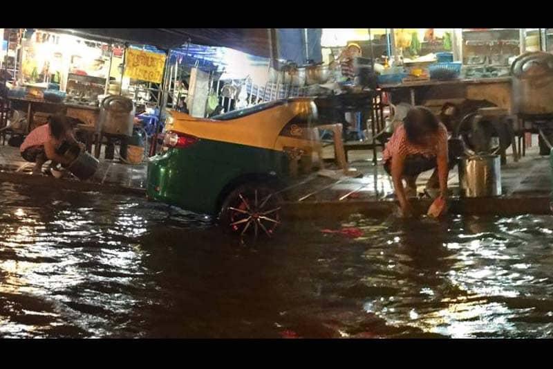 バンコクの屋台のおばちゃんが、洪水の水で食器を洗って大ヒンシュク