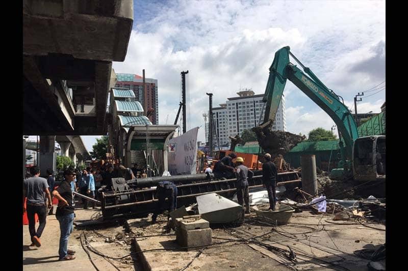 日曜日昼前、建築用大型クレーン車がBTSプラカノン駅前歩道に倒れる