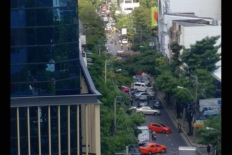 【衝撃映像】エカマイで検問を突破したトラックが暴走して18人負傷