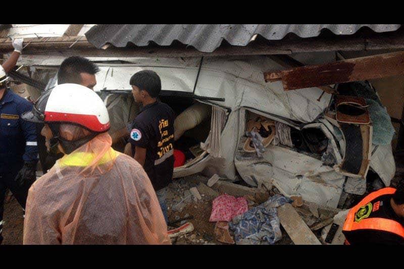 プーケット発ビザランのミニバンが民家に衝突。3人死亡、7人負傷