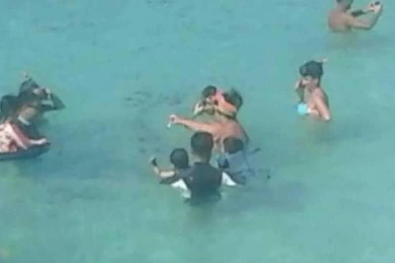 プーケットで魚に餌をやっていたロシア人観光客、逮捕され保釈金10万バーツ