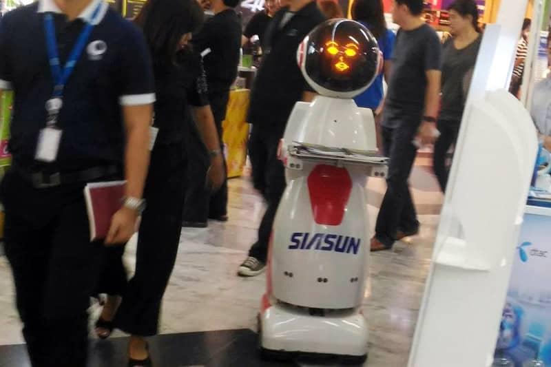 バンコクの電脳タウンでビラ配りをしていたロボットを発見