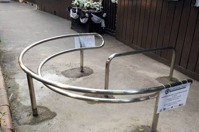 【朗報】バンコク・トンローに日本式のバイク進入禁止柵が設置される