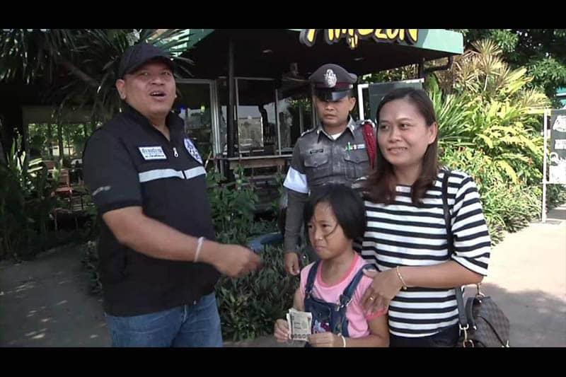 イサーンの田舎で7千バーツを拾って警察に届けた女の子が感心と話題に