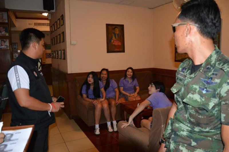 欧米人を使った囮捜査の後、軍と地元警察がパタヤのピンサロを手入れ