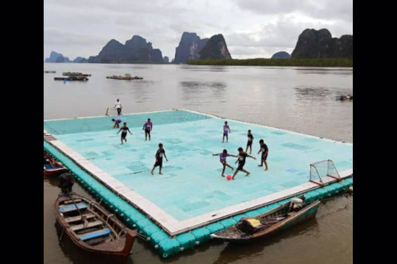 パニー島にあるパンガー湾上に浮かぶサッカーコートが絶景と話題に