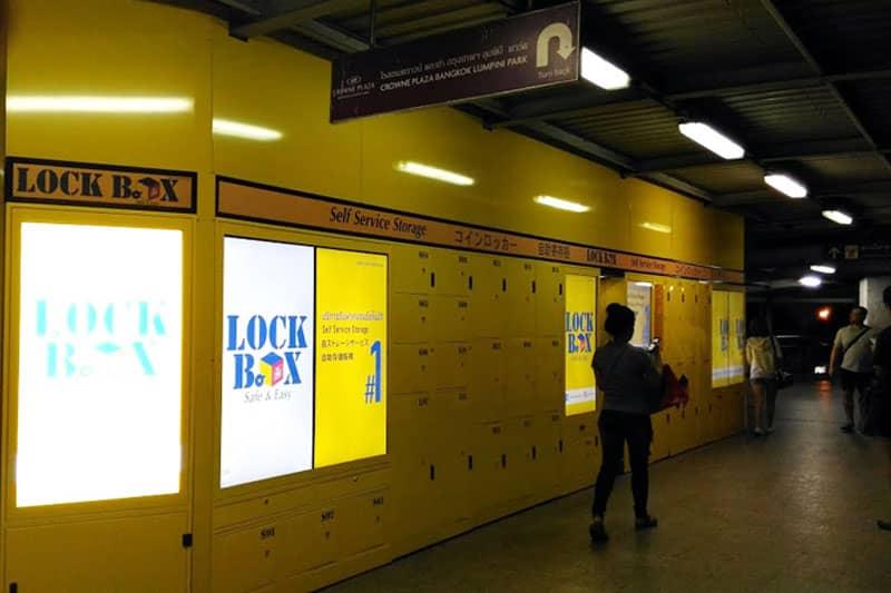 シーロムのスカイウォーク上に出現した、黄色いコインロッカー