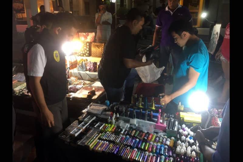 パタヤの中心地で営業していた電子タバコ屋台、見せしめ的に摘発される