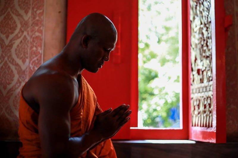 超人気ムエタイ選手のブアカーオ、前国王陛下の喪に服すため僧侶に