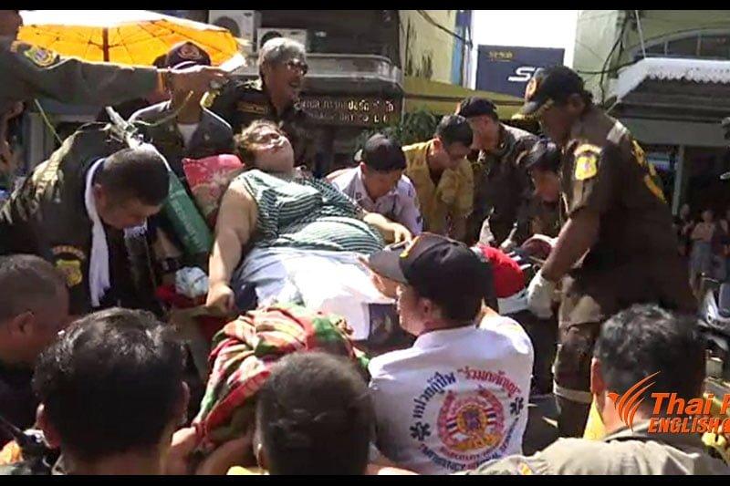 150キロの肥満女性、救急隊員によって病院へ運ばれる