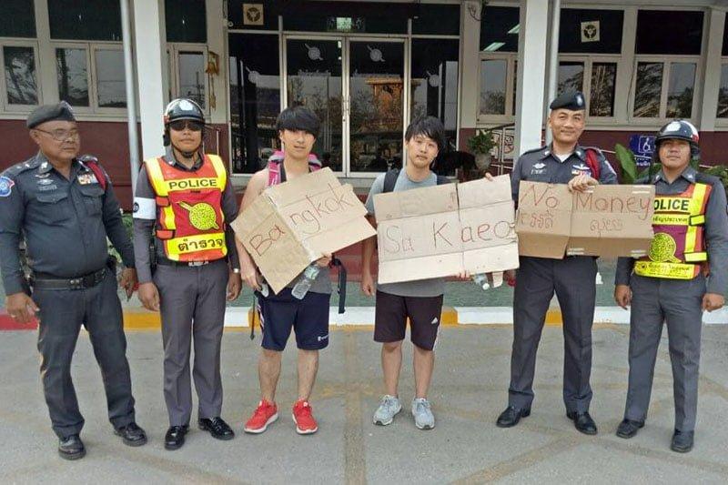 日本の大学生ヒッチハイカー、警察で注意を受ける