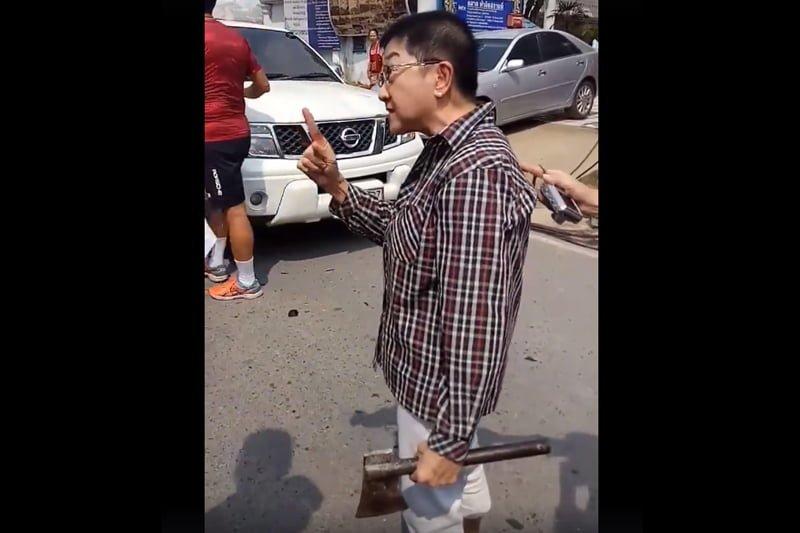 違法駐車に堪忍袋の緒が切れたおばちゃん、斧で車を襲撃!