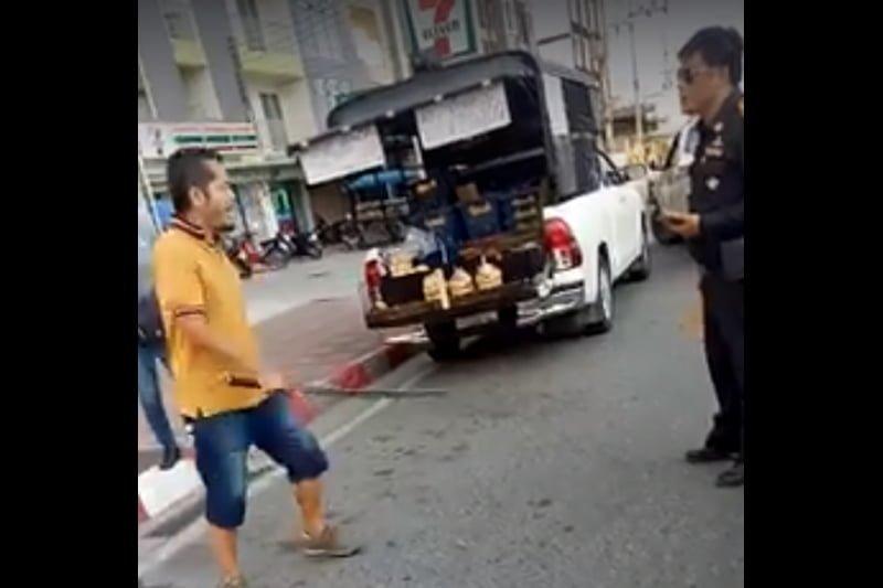マンゴー移動販売の男、日本風の刀で警察官を威嚇