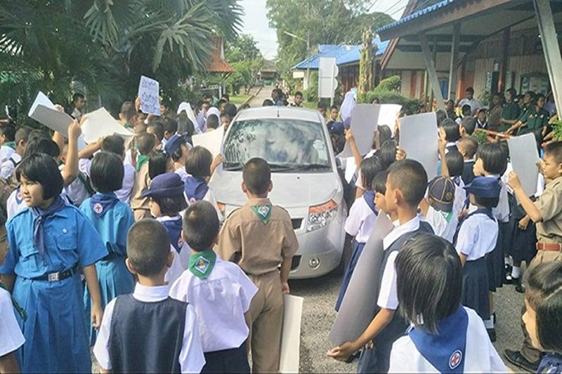 ダメ教師を小学生たちが抗議行動で訴える!