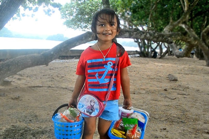 タイ南部クラビ県で、4か国語を話す5歳の働き者少女を発見!