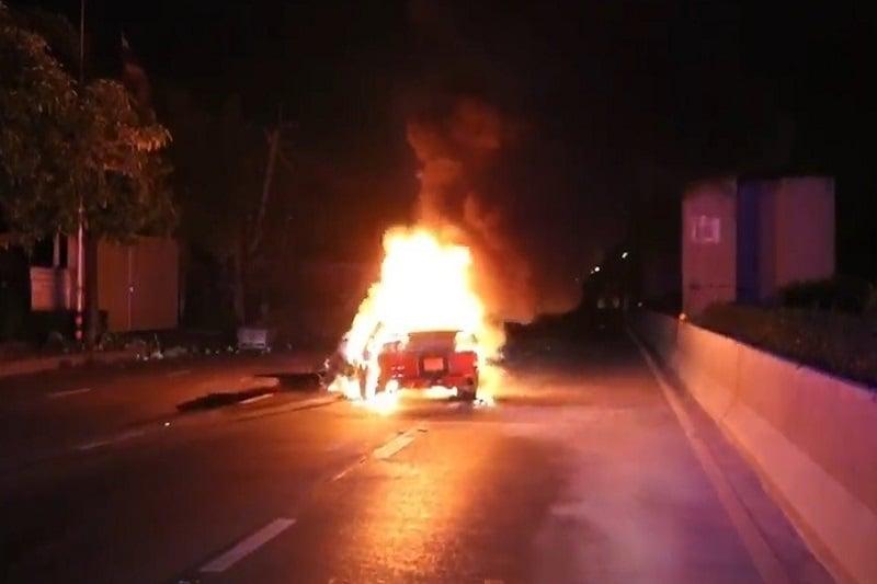 バンコク市内の道路で、金持ち息子運転のムスタングがトラックに衝突炎上!
