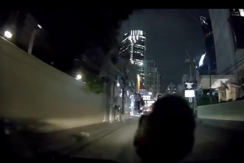 車のフロントガラスに大蛇が!大都会バンコクで起きた珍事