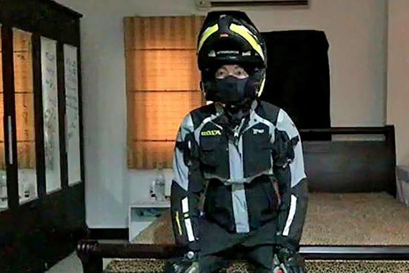 バイク・スーツにグローブ姿で謎の拳銃自殺!(タイ・スラータニー県発)