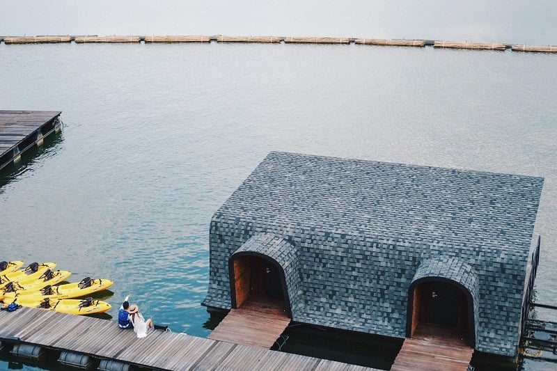 女性にウケそう!タイ中西部カンチャナブリの湖に浮かぶ超お洒落なホテル