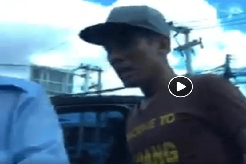 「ウエルカム・トゥ・チェンマイ」のTシャツを着て、GRAB運転手と観光客を威嚇するトゥクトゥクの運転手!