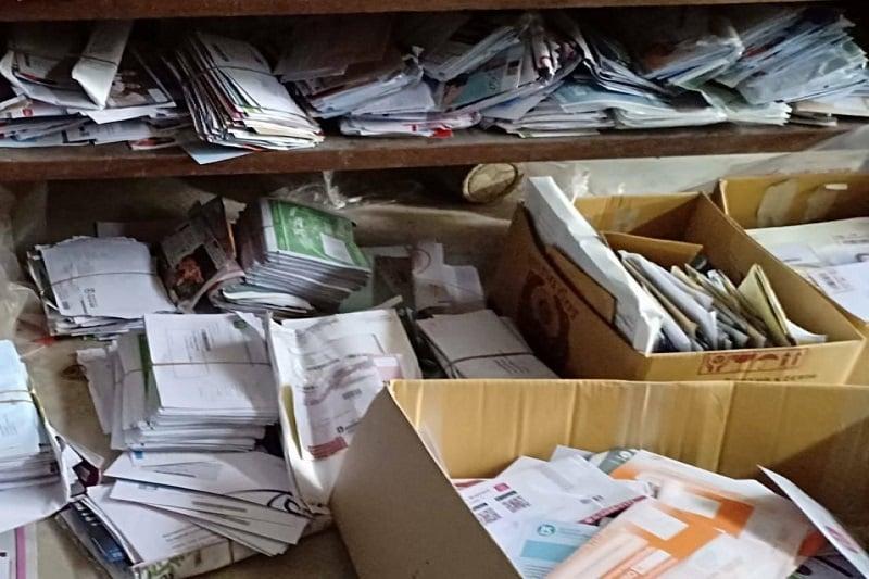 タイ中部の郵便配達請負人、数千の郵便物を自分の部屋にため込む!