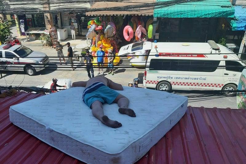 「暑い!じゃあ、外のひさしの上で寝ちゃおう!」、プーケットでお騒がせ酔っ払いエストニア人逮捕