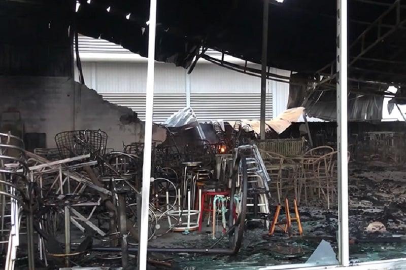 被害額8千万バーツ=約2億8千万円!タイ人若者、家具店を自動車事故で全焼