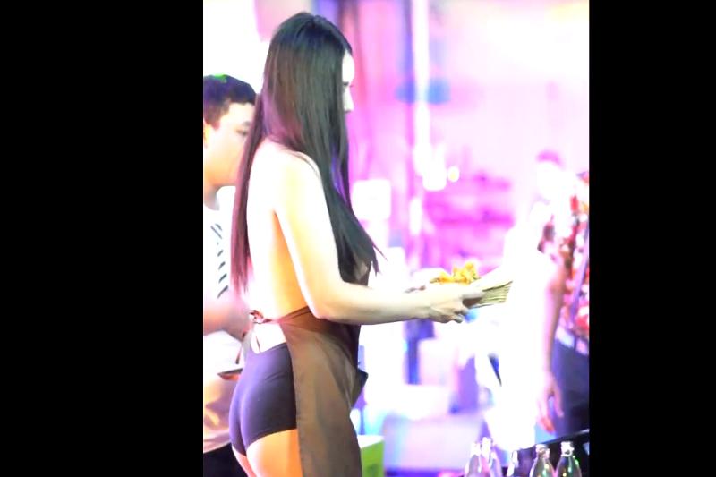 裸エプロンで極楽サービスのウエイトレス、逮捕される!タイ・バンコク発