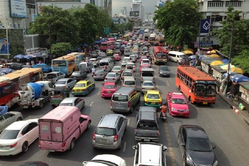 タイ・バンコク発~会社のバスを「借りた」酔っぱらい運転手、人を跳ねる