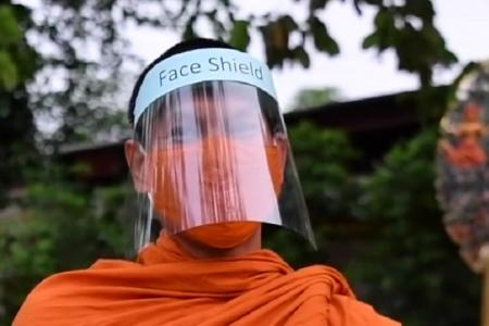 タイ・ノンタブリー県発~手作りプラスチック製マスクで托鉢