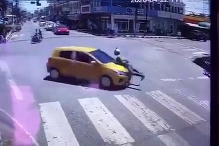悪質運転車のボンネットに2キロもつかまっていた警察官!~タイ・ナコンシータマラート県発(動画あり)