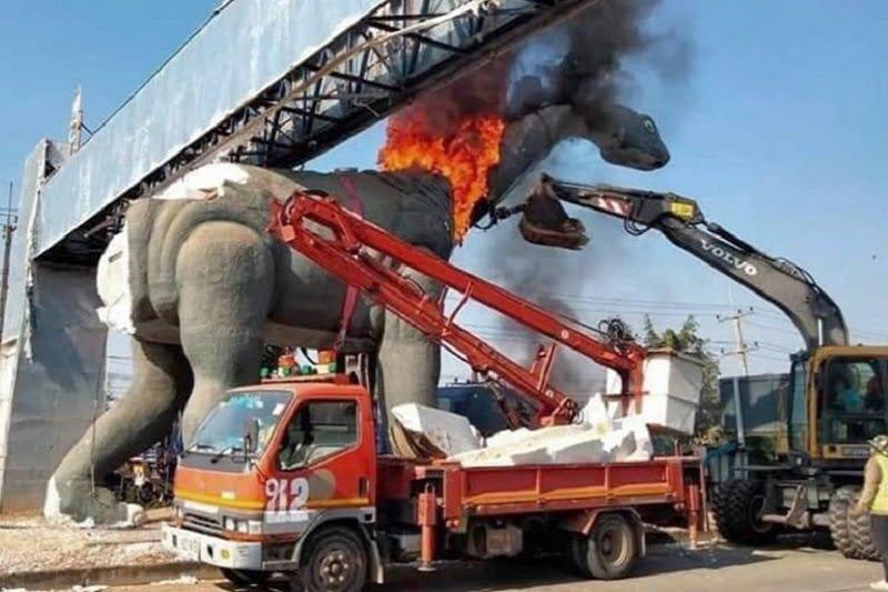 タイ面白ニュース!恐竜の像が炎に包まれる&カオサンに松の木?