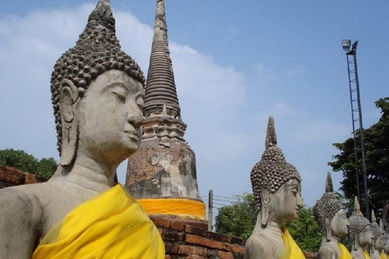 タイ北部の寺院の僧侶が逆切れして顔キック!