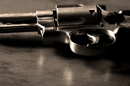 隔離中の妻子に会わせろと拳銃片手に乱入した男~タイ・クラビー県