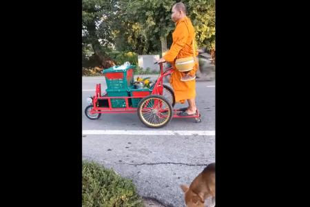 タイ中部の僧侶が電気式台車で托鉢!物議を呼ぶ